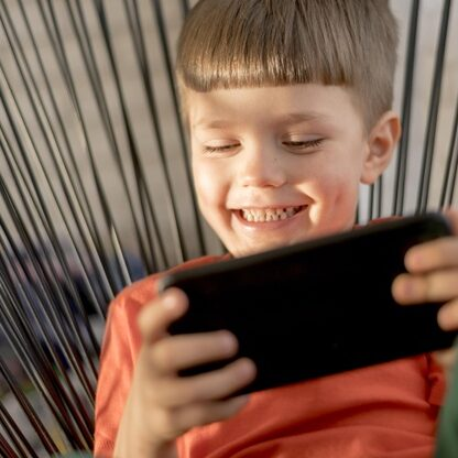 nino-sonriente-tableta-jugando_23-2148551158